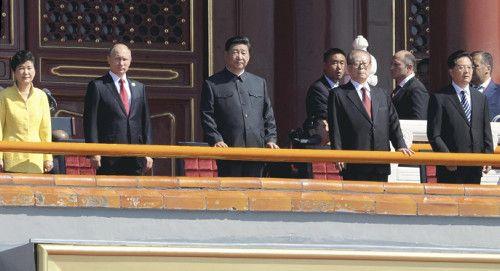 「抗日戦争勝利70年」記念式典でに臨む、(左から)韓国の朴槿恵大統領、ロシアのプーチン大統領、習近平国家主席、江沢民元国家主席ら(3日午前10時、北京で)=田村充撮影