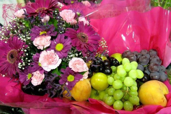 Regala esta estupenda cesta con las mejores frutas y flores.