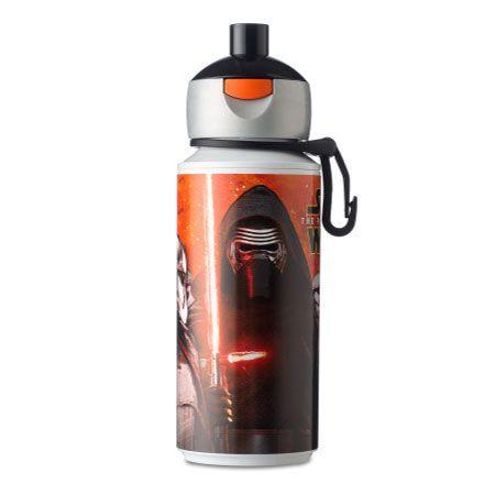 Door een druk op de knop laat de drinkfles zich makkelijk openen. De pop-up drinkfles heeft een handige klip, zodat je hem aan je riem of tas kunt hangen. Mocht de tuit onverhoopt nog nadruppelen dan wordt de inhoud van je tas in ieder geval niet vies! Afmeting: Ø 7 x 17 cm - Campus Drinkfles Pop-up - Star Wars