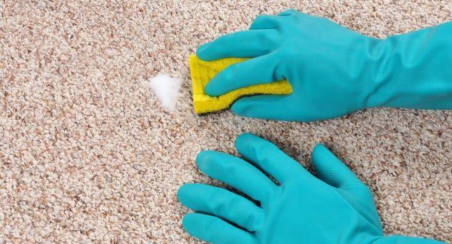 ALFOMBRA 2  Si quieres eliminar manchas de cerveza o vino, aplica en la superficie de tu alfombra una solución de agua tibia con una pequeña cantidad de detergente en polvo. Luego lava este lugar con agua tibia y vinagre en la proporción 1 cucharada de vinagre en 0,5 litros de agua.