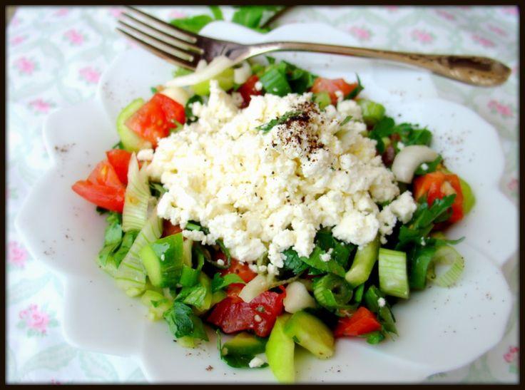 Çingene pilavı tarifinin en güzel yanı renkli olmasıdır. Ayrıca salata tariflerin en sevilen özelliği ise kişinin yaratıcılığını gösterecek olmasıdır. Malzemeleri güzelce harmanlayıp sosunu dilediğiniz gibi hazırlayıp servis tabağı üzerinde istediğiniz şekli kolayca verebilmenizi sağlayan nadide tariflerdir salatalar.
