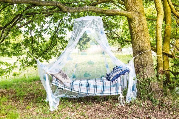 Moskitiera zawieszona nad hamakiem nie tylko chroni nas przed uciążliwymi owadami, ale po ozdobieniu także pięknie prezentuje się na tle ogrodu. Od teraz możemy zrobić sobie drzemkę bądź wypocząć na hamaku bez obaw i z dala od komarów.