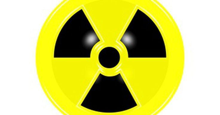 Por que o estrôncio 90 é prejudicial para seres humanos?. O estrôncio-90 (Sr-90) é um dos isótopos radioativos do estrôncio, um elemento encontrado na natureza. O estrôncio-90 é um produto da fissão nuclear e é altamente radioativo. O estrôncio radioativo é prejudicial para humanos, pois é facilmente absorvido pelo corpo humano, acumulando-se nos ossos e dentes. A exposição aos isótopos radioativos do ...