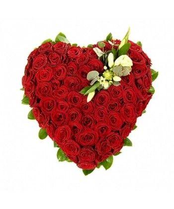 Aranjament in forma de inima cu 69 trandafiri rosii si unul alb