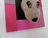Le doberman marron en tricot monté dans un cadre C'est la tête d'un chien de race doberman,marron, avec son collier,présenté dans un cadre en bois coloré en dégradé de rose (les 2 dernières photos ne pas considérer la couleur du cadre)(mesure du cadre:20x18cm)avec attache derrière pour le suspendre .Une très bonne idée de cadeau pour les amoureux des bêtes ou les collectionneurs.  Modéle unique.