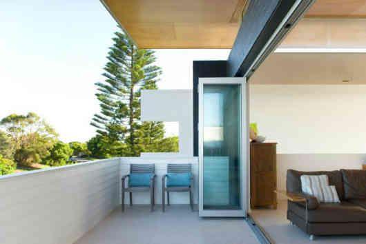 balkon minimalis pada halaman belakang lantai 2