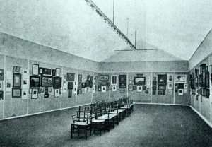 reproduced from Amateur Photographer, shows the Salon's exhibition hall in 1902