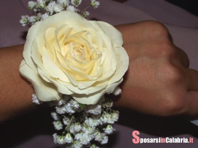 Un profumato pensiero per le damigelle o le testimoni di nozze, un bracciale floreale.
