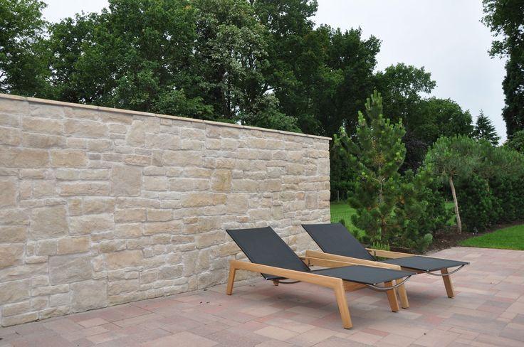 Met natuursteen strips is eenvoudig een muur te maken met de uitstraling van een massieve natuurstenen muur.