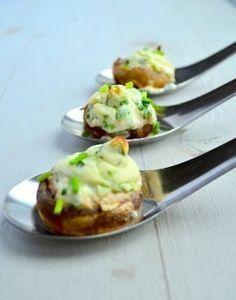 Een super lekker en simpel borrelhapje, gevulde champignons met roomkaas uit de oven. Kan ook met philadelphia bieslook, een bosuitje en wat geitenkaas