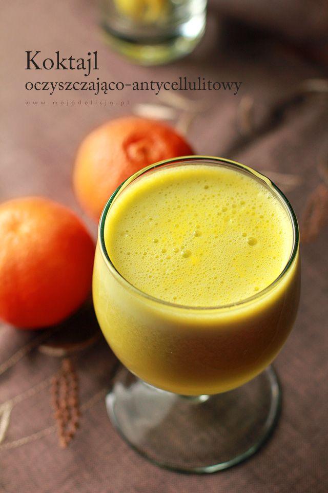 Koktajl oczyszczająco-antycellulitowy z wyciśniętego soku z jabłka, pomarańczy, selera naciowego i zielonego ogórka. Ma działanie usuwające nadmiar z wody z organizmu. Nie grzeszy jednak smakiem w porównaniu z chociażby z Oczyszczającym i odchudzającym koktajlem z kiwi, selera naciowego i miodu, lub też z przepysznym (!)Smoothie z jarmuża, które polecam!Nie mniej jednak dla swoich właściwości, warto go pić. Najlepiej codzienie! (1 porcja)  Wszystkie składniki włożyć do sokowirówki…