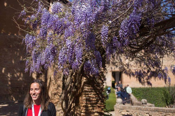 """Onze stralende gids Mercedes Pedrosa Nuño (33) spreekt Spaans Engels en Frans. Moeder van een negen maanden oude baby. """"Ik móet nu naar huis om mijn baby de borst te geven."""" Prachtig mens vond ik het. Ze begeleidde ons drie uur lang in het Alhambra. #willemlaros.nl #flickr #photography #travelphotography #traveller #canon #snpnatuurreizen #canon_photos #fotoreis #travelblog #reizen #reisjournalist #travelwriter#fotoworkshop #reisfotografie #landschapsfotografie #follow #alpujarras #capileira…"""