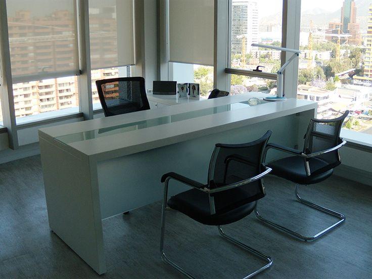 Oficina de gerencia de la clínica de cirugía plástica Cirplast, el escritorio está inspirado en el de la oficina de gerencia de Dekomas, con algunos cambios que marcaron la diferencia y le otorgaron elegancia y sofisticación como lo es la incorporación de un faldón de vidrio empavonado.