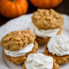 Noten-Cheesecake Cookies Ingrediënten: 150 g glutenvrij zelfrijzend bakmeel 75 g bruine rijstmeel 50 g amandelschaafsel, geroosterd 65 g pistachenoten, fijngehakt 115 g zachte boter 85 g volvette room