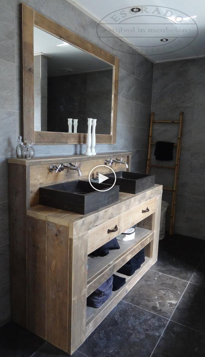 Ländliches und attraktives Badezimmer mit einem Gerüst aus Holz / Badmöbel.