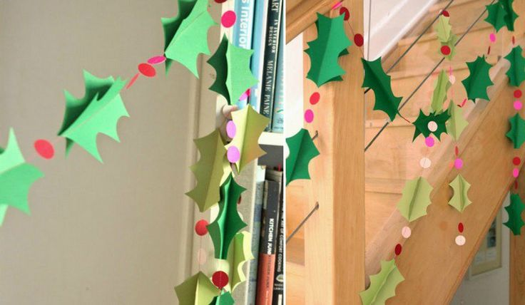 guirlande de Noël en papier en forme de feuilles et baies de houx 3D pour en décorer l'escalier