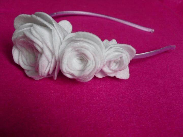 Diadema rosas blancas.Fieltros de Sevilla