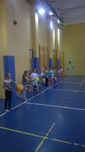 Uczniowie podstawówki uczestniczyli w lekcji wprowadzającej do gry w badmintona. Skorzystajcie z pomysłu Zespołu Szkół nr 60 w Warszawie.  Tutaj znajdziecie scenariusz do lekcji: http://blogiceo.nq.pl/zs60/zawody/badminton-w-klasie-iv/lekcja-nr-1/