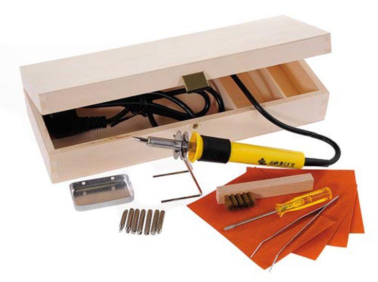 Hobbyring Houtbrand-apparaat Model Brenn-Peter Werkbox.   Dit is een komplete startset in houten kist.  Inhoud: Brenn-Peter 4 met 5 punten en standaard,  pincet, koperborsteltje, schroevendraaier,  schuurpapier en voorbeelden.  Maat kist 31x12x6cm
