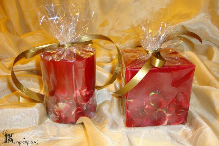 Κόκκινα χειροποίητα κεριά με άρωμα αχλάδι στη συσκευασία τους