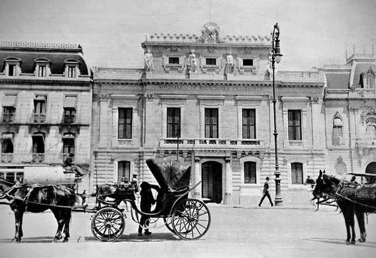 El antiguo Ministerio de Relaciones Exteriores, inaugurado por Porfirio Díaz en 1910, en una imagen cercana a 1915.