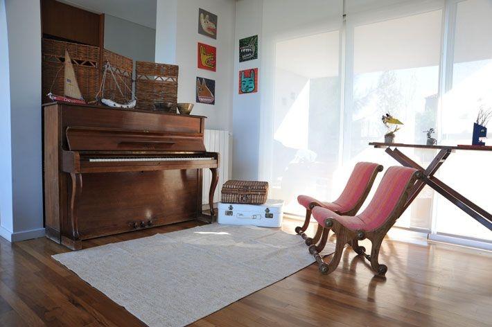 Home deco :: En el living, un rincón para la música. Sobre elpiano, barcos de madera (Emanuel Rocco Cuzzi)y sobre el piso, alfombra (Huitrú).