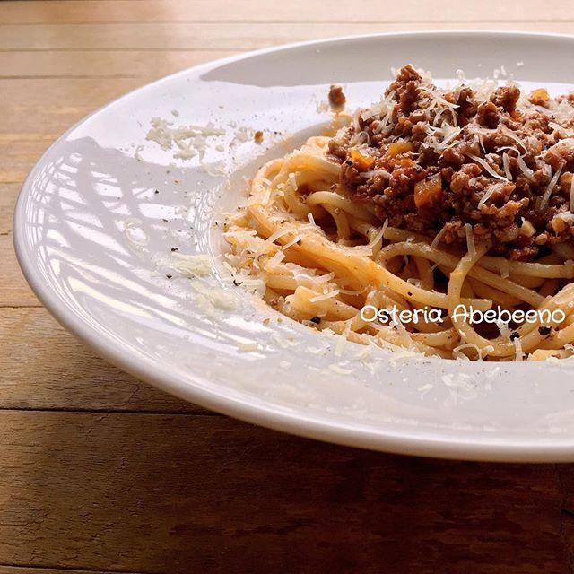 Spaghetti al Ragu di Carne 🇮🇹 懐旧の味 スパゲッティミートソース  ミートソースというと手打ちのタリアテッレとかローマ風にリガトーニなんかを合わせるのが正統な感じですが、昭和世代には昔ながらの太いもっちりしたスパゲッティもノスタルジーを感じる嬉しい組合せ。 パスタが汁気を残らず吸うためソースはドライでパスタはジューシー、オールドファッションな佇まいが古き良き時代への郷愁を誘います。 #続きはWebで #アベベーノで検索  #blog #osteria #abebeeno  #cucina #cucinaitaliana  #recipe #ricetta  #pasta #spaghetti  #ragu #carne #bolognese  #emiliaromagna  #パスタ #スパゲッティ  #ミートソース #ボロネーゼ #ラグー  #オールドファッション #レトロ  #古き良き時代 #昭和  #肉 #肉汁  #イタリアン #イタリア料理  #レシピ  #まいう