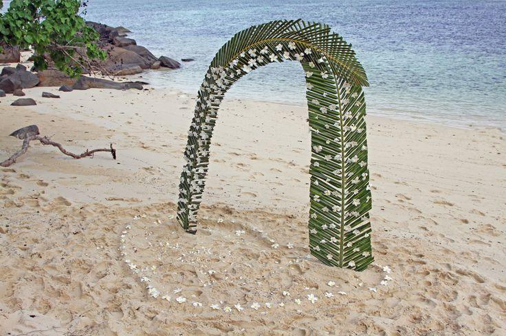 Seychellit. Sainte Anne Island. Vihkiseremonia palmujen alla valkoisella hiekalla. Ei häitä liukuhihnalla,  sillä päivät varataan vain yhdelle hääparille.