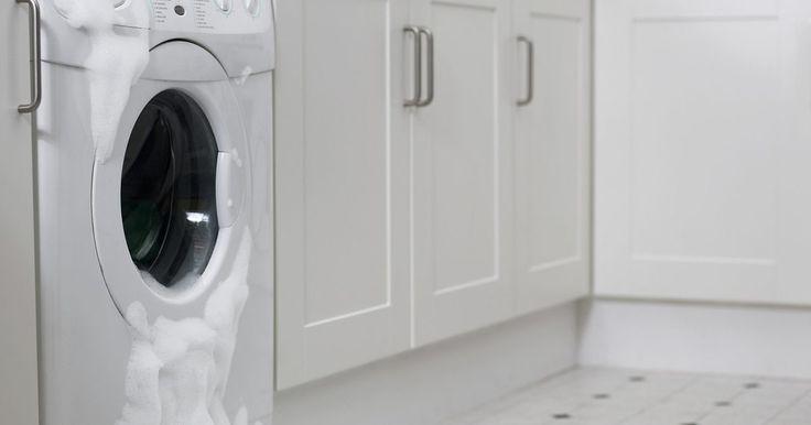 Cómo reparar una lavadora Maytag. Maytag ha diseñado aparatos electrodomésticos durante décadas. Tal vez recuerdes el comercial de la empresa donde el reparador de equipos Maytag es el más solitario de todos los técnicos en la industria de los electrodomésticos, porque las lavadoras y secadoras Maytag nunca se descomponen. Sin embargo, si eres el dueño de una lavadora Maytag, ...