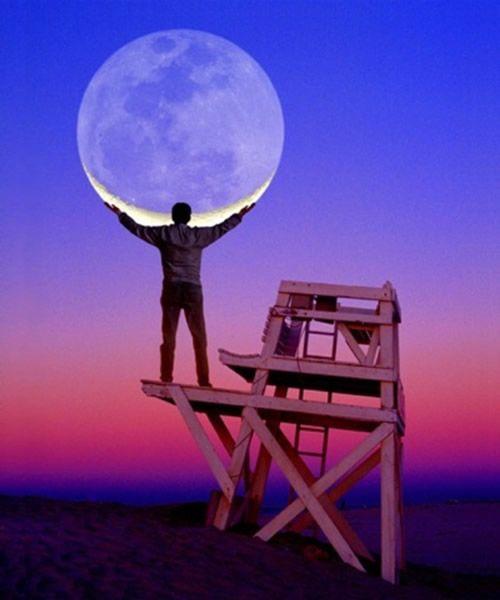 Homem segurando lua crescente:
