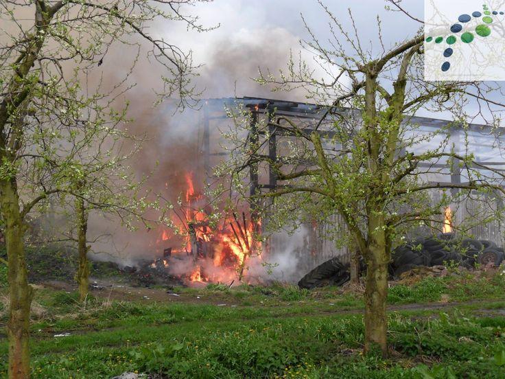 """Am gestrigen Sonntag, gegen 09:35 Uhr, wurde der Rettungsleitstelle ein brennender PKW in der Straße """"Altenschleuse"""" in Neuenkirchen gemeldet.  Die schnell anrückenden Kräfte der Feuerwehr stellten dann jedoch fest, dass sich inzwischen auch die angrenzende Scheune im Vollbrand befand.   #70.000€ Schaden #Altenschleuse #feuer #Neuenkirchen #pkw #polizei #Scheune"""