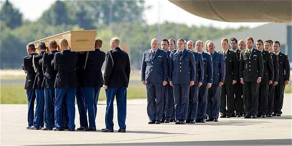 Los restos llegaron en dos aviones.  Un Hércules C130 neerlandés, que transportó 34 ataúdes, y de un Boeing australiano C17, con otros 40 féretros.