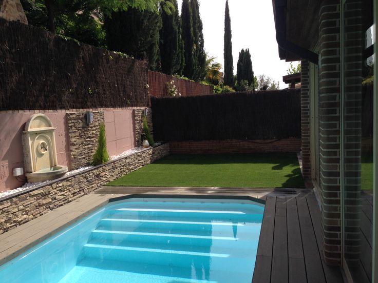 un pequeo pero muy completo jardin con piscina tarima exterior csped artificial y jardineras