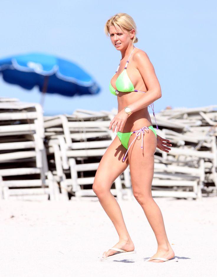 aAfkjfp01fo1i-20097/loc1186/76582_Celebutopia-Tara_Reid_with_green_bikini_on_the_beach_in_Miami-06_122_1186lo.jpg