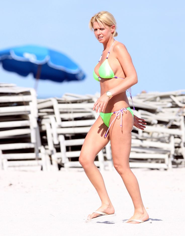 aAfkjfp01fo1i-20097/loc1186/76582_Celebutopia-Tara_Reid_with_green_bikini_on_the_beach_in_Miami-06_122_1186lo.jpg