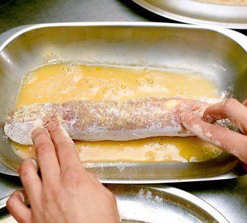 POTREBNO JE  800 g svinjskog filea ili teletine od buta, 80–90 g starog ili zrelog kajmaka, 30 g brašna, jaje, 30 g prezli, ulje, so  ZA TA...