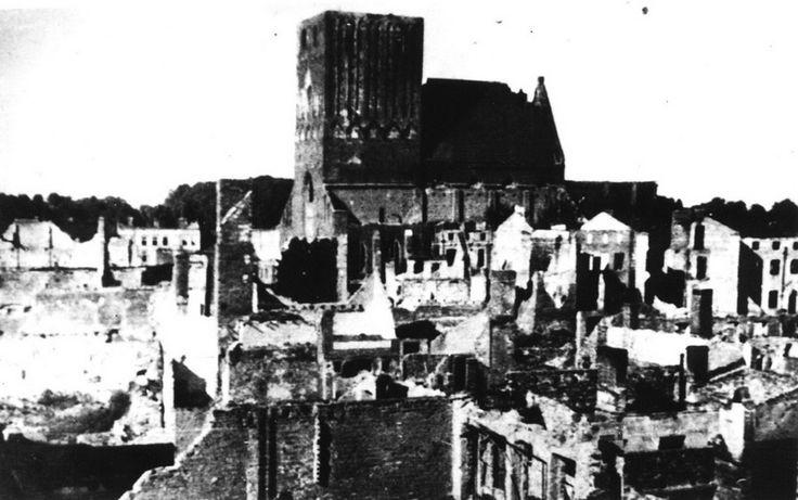 Centrum Sławna w 1946 roku, w głębi zniszczony kościół Mariacki