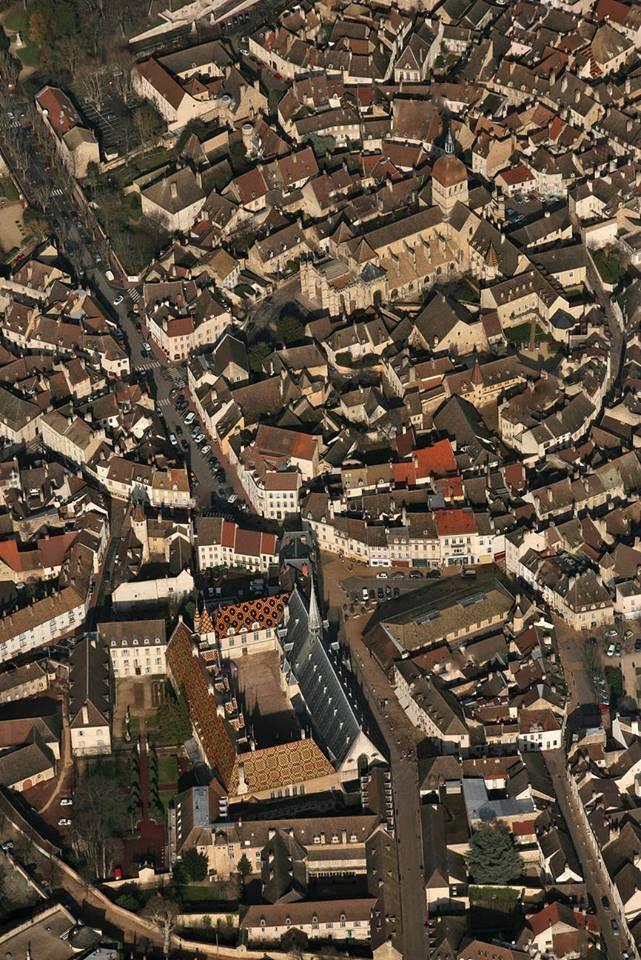 Beaune, Borgonha, França   Beaune, prestigiada cidade do vinho, também é uma cidade incomparável de arte. Seu Hôtel Dieu (hospital), seus museus, sua igreja de Notre Dame, suas muralhas cujas fortificações são o lar para as vinícolas mais importantes e jardins. Suas casas antigas, são um dos melhores conjuntos da Borgonha.  A visita dos vinhedos é o complemento essencial fazer a visita de Beaune: os amantes da arte e dos vinhos finos ficam plenamente encantados.  Santuário gaulês, em…