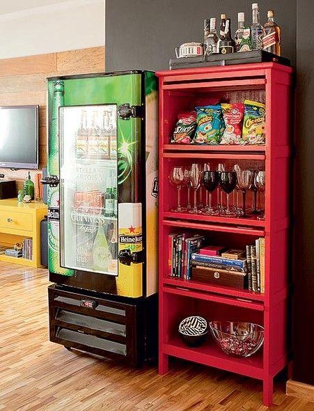 A geladeira de bar conquistou a sala de jantar, com adesivo e pintura automotiva. Projeto de Tieko Matsuda e Luciana Nogueira