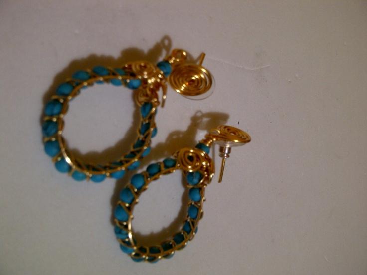 ARGOLLAS TEJIDAS CON TURQUESAS  Elaborado por la Artesana Diseñadora Milady Arévalo en Cobre Bañado en Oro