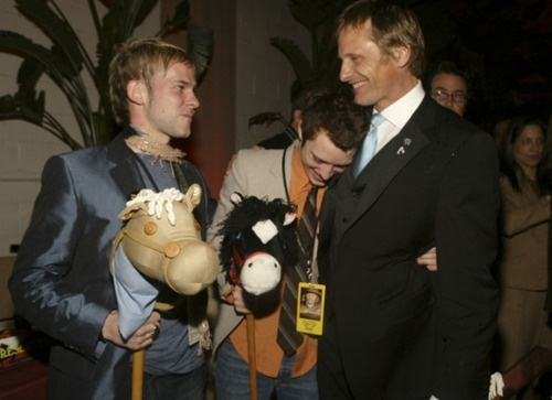 Lmao brilliant. They showed up for the premiere of Hidalgo like this <3Elijah Wood, Viggo Mortensen, Monaghan Arrival, Mortensen Premier, Viggo Movie, Dominic Monaghan, Noble Steed, Middle Earth, Movie Hidalgo