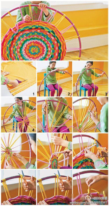 El uso inteligente de la alfombra aro hula establecimiento, residuos convirtiéndose en tesoro usando la camiseta vieja, cortado en tiras de tela para hacer la alfombra creativo