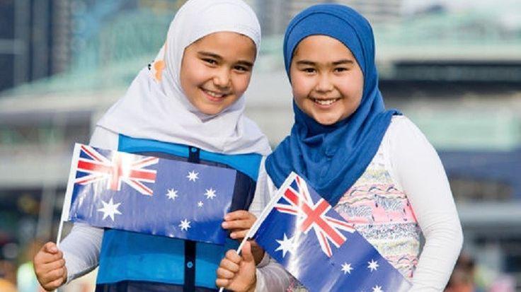 En Australie, à quelques jours de la fête nationale du 26 janvier, une publicité montrant deux fillettes portant le hijab et arborant le drapeau australien a fait polémique. Cela a provoqué des réactions violentes de la part de groupes anti-islam.