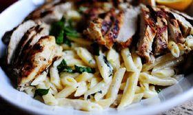 Κοτόπουλο στο γκριλ με πένες με λεμόνι και βασιλικό   Μια συνταγή εύκολη και γρήγορη και φυσικά πεντανόστιμη!  from Ροή http://ift.tt/2ssUutf Ροή