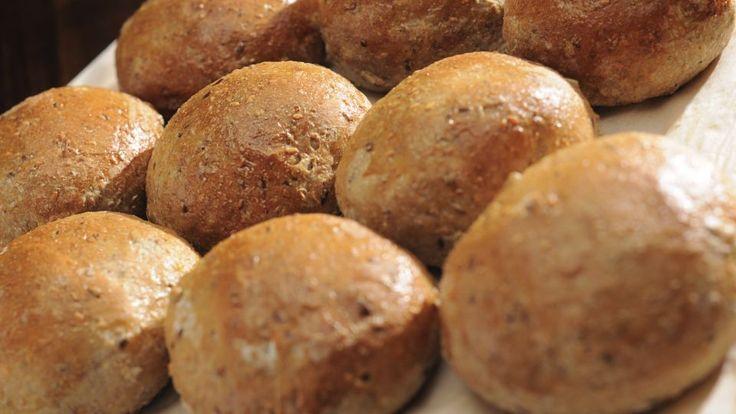Koldhævede boller med grahamsmel er en lækker dansk opskrift, se flere brød og boller på mad.tv2.dk