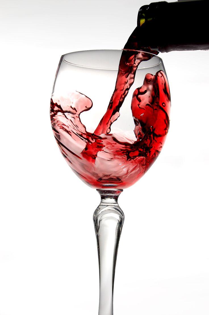 Ο Master of wine Κ. Λαζαράκης και ο ιδιοκτήτης της κάβας Ανθίδη, Η. Ανθίδης, μας κατευθύνουν πώς να αξιολογούμε ένα κρασί και να αναγνωρίζουμε μια καλή κάβα