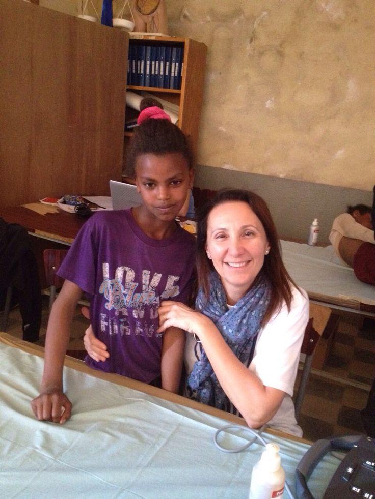 """Ecco la Dr Nadia Assanta: """"un po' di coccole ad una bella bimba eritrea..... fa bene a lei ma più che altro a me!!!"""""""