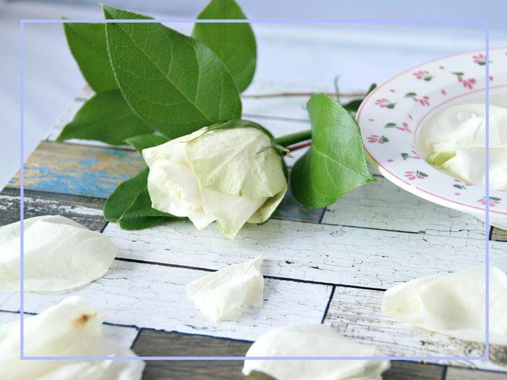 Wat doe je als je heel veel rozen krijgt voor je verjaardag of Valentijnsdag? Dan maak je zelf heerlijk geurend rozenwater, toch? #blogfeestje hoemaakjedat.com