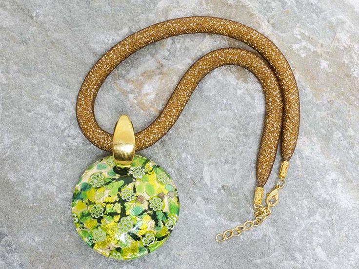 Importante pendente in vetro di Murano a piastra di forma rotonda diametro 5 cm.  Bellissimi i colori sfumati di verde prato