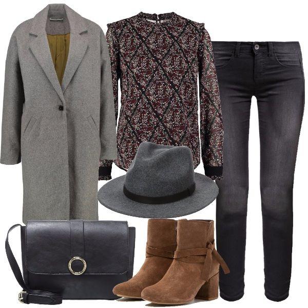 Per una donna stilosa dal fascino misterioso: cappotto classico grigio, camicetta con stampa floreale, jeans skinny nero, tracolla nera, cappello Fedora grigio scuro, stivaletto scamosciato cognac.